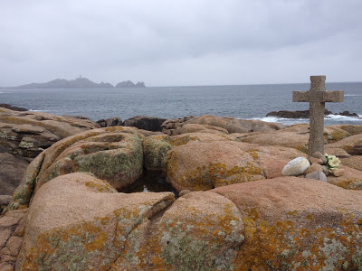 "by E.V.Pita (2013) / Litghthouse in Cape Vilan and English Cemetery of ""Serpent"" shipwreck"